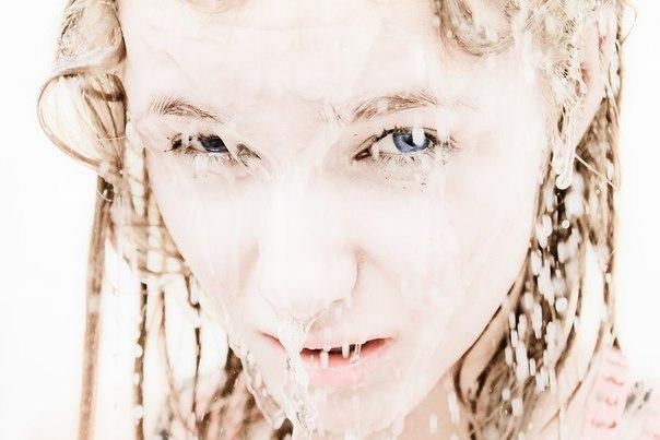 А вот специальная фотография Ани с белой субстанцией, текущей по лицу. Для фотоконкурса. Можете за нее проголосвать - ссылка у Яны на стене